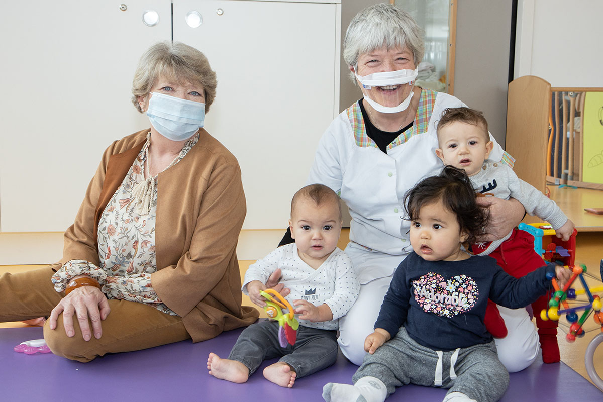 Distribution de masques transparents au personnel de crèche